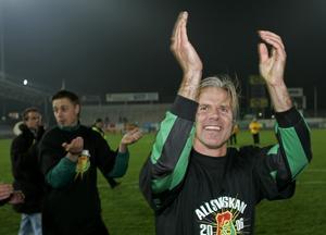 Roland Nilsson, tränare i Gais, springer ärevarv framför fansen efter 0–0 borta mot Landskrona i kvalet. Foto: Björn Lindgren/TT.