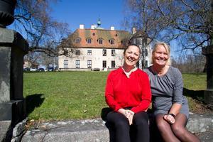 Marilyn Bellman (till vänster) framför Wirsbo herrgård år 2016. Här med tidigare vd:n Lotta Wiström  (till höger).