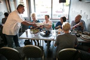 Tio politiker från Falun åkte till Ludvika för att stötta pizzeria Titanic. Även lokala politiker fanns på plats liksom antirasistiska nätverket We are Dalarna.
