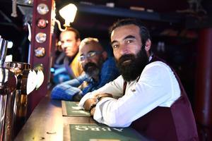 Peter Bäckström, Tamer Öztürk och Atilla Aktürk vid baren.