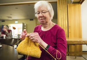 Margit Olsson håller på att sticka en halsduk, annars brukar hon mest sticka sockor.