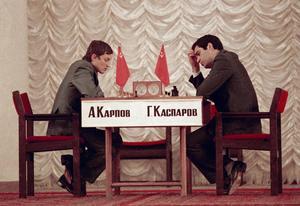 Mästarmötet som en hel värld talade om. Den unge Kasparov fick den gamle mästaren Karpov på fall. Det förebådade en ny tid för Sovjetunionen med Glasnost och Perestrojka. Foto: AP