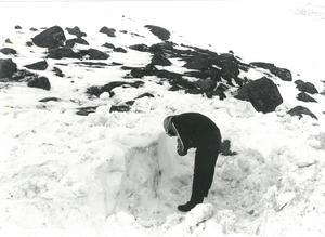Hans Ottendahl i den grunda bivack som grävdes på fjället.  Arkivbild: ÖP