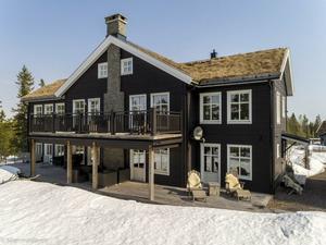 Stort hus med gästlägenhet i Lindvallen. Foto: Johan/Husfoto