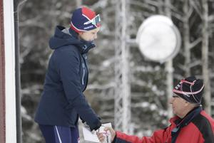 Första pris i damjuniorklassen gick till Stina Gustafsson, utdelad av Rolf Berglöf, tävlingsledare.