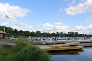 Båtklubben har fått in så mycket pengar på evenemanget och så många sponsorer att de fick lov att börja tacka nej. För pengarna har de byggt nya bryggor till Hamnen där båtar kan docka. De gamla började gå sönder.