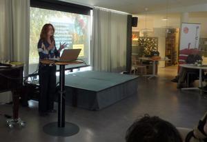 Johanna Broman Åkesson föreläste om Povel Ramel i Hudiksvall. Foto: Mats Runefelt.