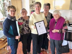 Monica Jacobsson (i mitten på bilden) uppvaktades av Litsbygdens Centerkvinnor. Här är hon omgiven av (från vänster) Inger Jonsson, Kerstin Landgren, Britta Andersson och Ingrid Landgren.
