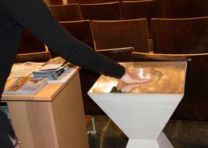 Wiven Nilssons dopfunt i silver är nu en skål för vigvatten.