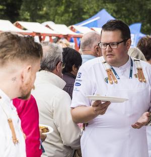 Fredrik Andersson som gjort menyn fick dela ut sin rätt till många.