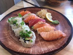 Små perfekt skurna sushibitar av rå fisk och annan topping på sushiris. Foto: Lunchkollen