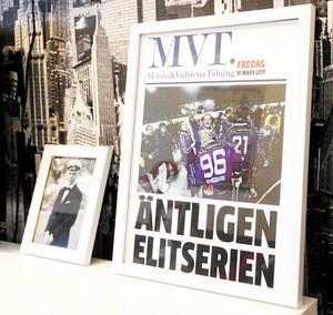 MVT:s löpsedel från avancemanget till elitserien står inramat hemma hos Viktor Spångberg.