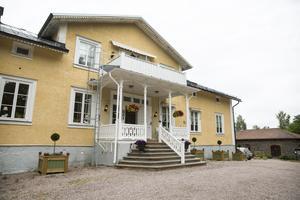 I mitten av 1800-talet byggdes disponentbostaden åt brukets chef. Numera är det hotell.