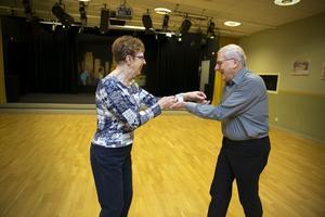 Gunilla Norman och Lars Östlund provar dansgolvet på Kulturhuset Svanen – den nya lokalen för PRO:s pensionärsdanser.