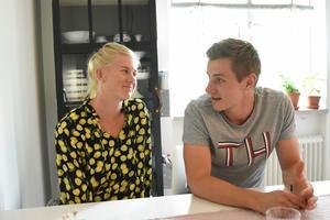Maja Dahlqvist och Anton Hedlund vid köksbordet hemma i Falun.