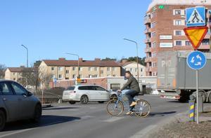 Att köra i det hårt trafikerade Skallbergsmotet är obehagligt för både cyklister och bilister, tycker Jonas Westergren. Bilister har mycket att hålla koll på när de kör in i cirkulationen.