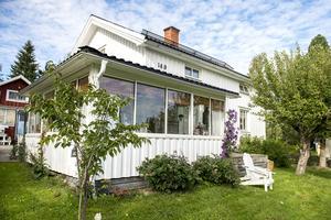 Huset var tidigare gult och målades vitt för cirka två år sedan.