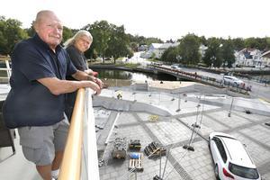 Kent Norberg och Elisabeth Stenberg är de första att flytta in i den nya stadsdelen Norrtälje Hamn. Med utsikt i tre väderstreck kan de njuta av hamninloppet, Norrtäljeån och centrum. – Sittplatsen i väster mot centrum kommer vi nog använda mest, säger de.