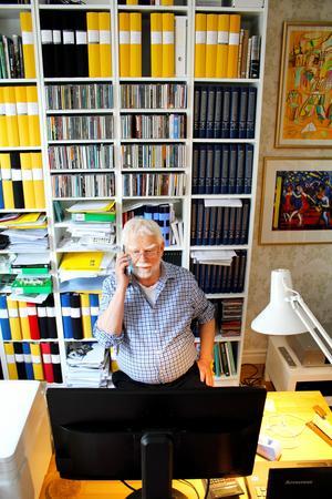 Gunnars arbetsrum har hyllor från golv till tak och här finns bland annat  hans enorma samling av cd-skivor.