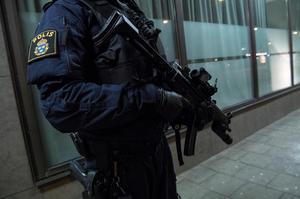 Polis med förstärkningsvapen. Foto: Johan Nilsson / TT /