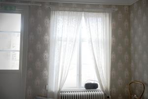 Många välbevarade gamla tapeter förgyller väggarna i stora luftiga rum.