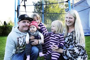 Familjen Hillman består av pappa Peter, 29 år, Lowa, sex månader, Joline, fyra år, Felicia, två år och mamma Sofie, 29 år.
