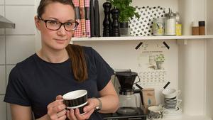Öppna hyllor med snygga arrangemang är Johannas grej. I kökshyllan samsas vardagsföremål som används ofta med snygga förpackningar och kokböcker.