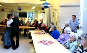 Lions Ängsklockan besökte äldreboendet Milan och bjöd på tårta och musik och dansuppvisning. Det senare stod Åsa Meuller och Christer Arnell för.