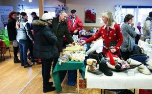 Besökarna kom till julmarknaden i Vanbo, i en strid ström trots den blygsamma marknadsföringen. Foto: Mikael Hellsten/DT