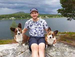 Linus Ullmark med sina corgi-hundar Greven och Baronen. Bild: Moa Ullmark.