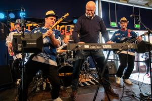 Leksandstränaren Roger Melin spelar keyboard i foajén med Mats Jinglez före nedsläpp i matchen mot AIK. Foto: Daniel Eriksson/Bildbyrån.