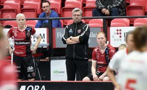 Kais Mora–tränaren Ulf Hallstensson var inte nöjd med hur den första perioden i match ett i SM–semifinalen såg ut.