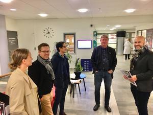 Föräldrarna Katrin Andersson, Henrik Johansson, Christoffer  Andersen och homas Johnson uppvaktar kommunalrådet Mikael Löthstam till förmån för Håsta skolas bevarande.