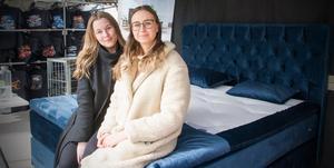 Maja Meyerhöffer och Rebecca Rosenqvist berättade att de brukar ha kunder i sängfabriken som har åkt en bit, från Örebro och Eskilstuna. De visade upp två continentalsängar. – Sammet är inne för sängar just nu, säger de.