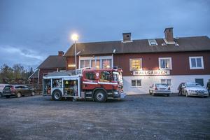 Den omtvistade brandbilen stod utanför möteslokalen under kvällen.