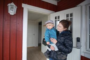 Ett drygt år efter sjukdomens utbrott kan Elin bära sin yngste son Vidar. Något som var omöjligt en stor del av förra året.