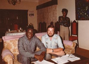 Robert Mugabe  1979 under hans exil i Mozambique. Den blivande presidenten tillsammans med och Paul Rimmerfors,  Amnestymedlem och då medarbetare i SIDA.