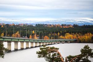 Jord, skog och vatten är ett av fyra styrkeområden som kan utveckla länet mot 2050. Det slås fast i den regionala utvecklingsstrategin. Här en bild med Sannsundsbron i förgrunden.