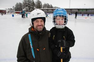 Johan Söderberg och Oscar Söderberg, 6 år, gillar att åka skridskor tillsammans.