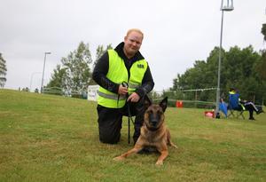 Patrik Andersson är en av medlemmar i Askersunds Brukshundklubb som hjälper till under utställningen. Här med sin hund Plex.