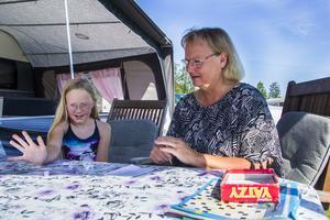 Jenna Ekelund, 8 år, myser på campingen med ett parti Yatzy tillsammans med mormor Lotta Westling.
