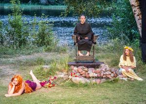 De tre nornorna, ödesgudinnorna som spinner trådar till livets väv. Verdandi (Wilma Westman), Urd (Emilia Norell) och Skuld (Hanna Maberg).