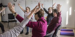 Under hösten och vintern har Bergslagens Folkhögskola i Norberg erbjudit yogakurser för daglediga.