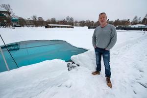 Så här såg det ut vid utebadet för tre veckor sedan och Hasse Bergqvist hoppades då att man skulle hinna öppna.