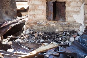 Enligt räddningstjänsten började det brinna i fasaden, sedan spred sig branden upp på vinden och vidare till konstruktionen och resten av huset.