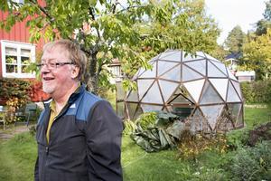 Göran Söderström är nöjd med att ha fått sitt kupolformade växthus på plats. Redan i januari räknar han med att kunna börja så och driva upp plantor som han sedan kan plantera ut i sin trädgård.