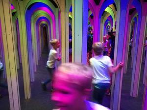Första gången på Gröna Lund. Klassikern Lustiga Huset med spegelrummet blev favoriten. Foto: Sara Larsson