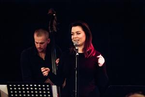 Det svänger om Björkologis Josef Karnebäck, bas och sångerskan Stina Augustsdottir.