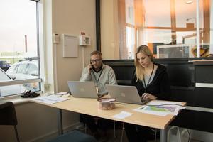 Conny Hertz och Johanna Hassi tar emot kunder i det provisoriska kundcentret i Görla industriområdet.