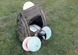 Discarna liknar vanliga fresbees. Det finns en mängd olika utföranden, men för nybörjaren räcker det att ha bara ett par stycken.